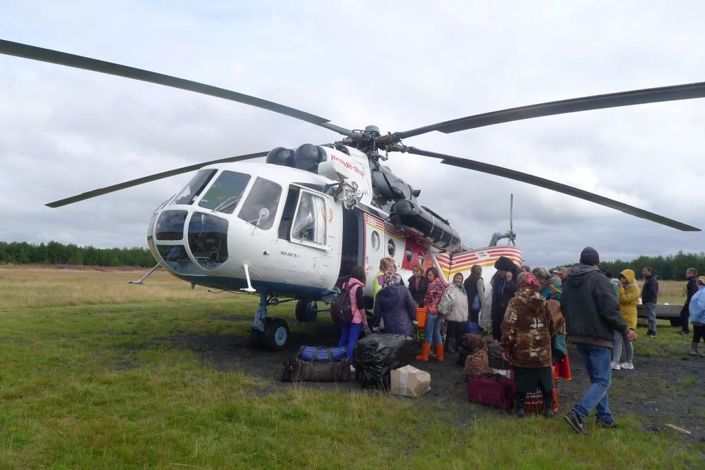 Вертолет доставил в стойбище продукты и подарки