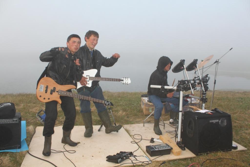 Молодежный ансамбль в общине Ямб То