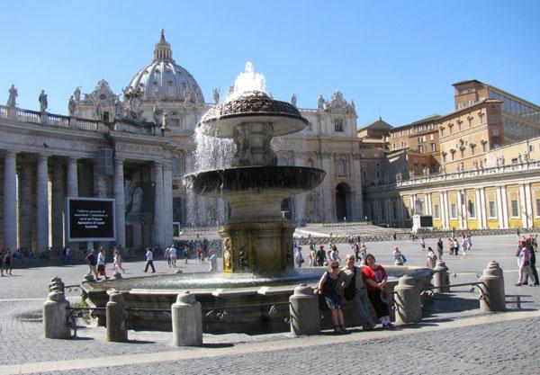 """В Риме присевшего отдохнуть туриста часто берут в оборот """"цветочники"""""""