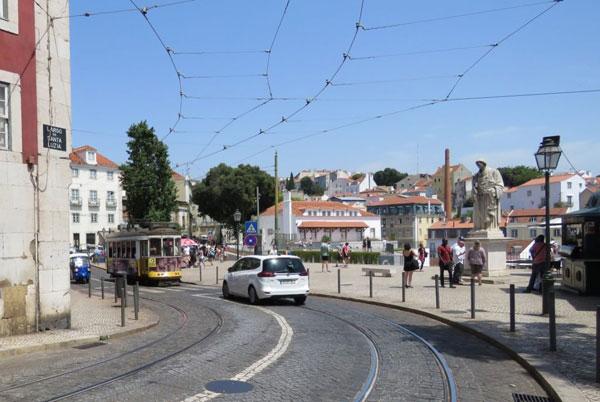 Порой навешивание лапши на уши и бус на шею начинается уже у выхода из старинного лиссабонского трамвайчика
